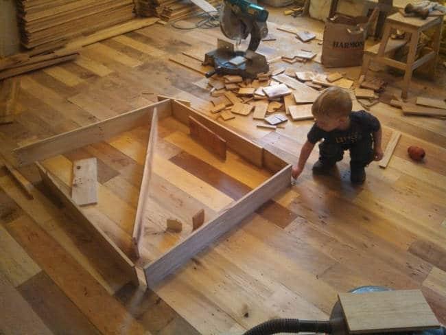 Pendant des mois cette famille a mis de c t des palettes - Recuperer des palettes en bois ...