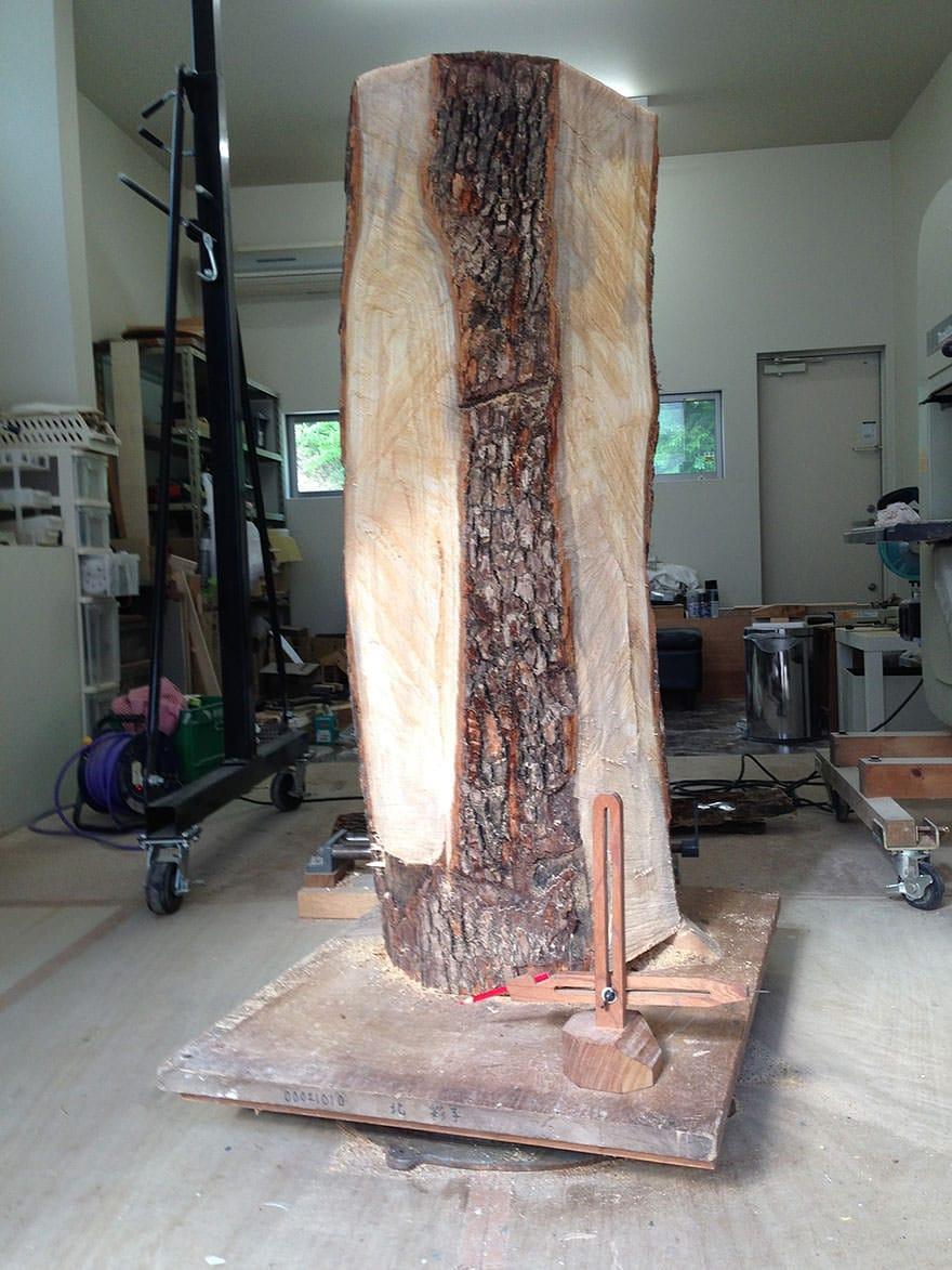 ce sculpteur japonais nous montre comment il transforme le bois en statues tonnantes et c 39 est. Black Bedroom Furniture Sets. Home Design Ideas