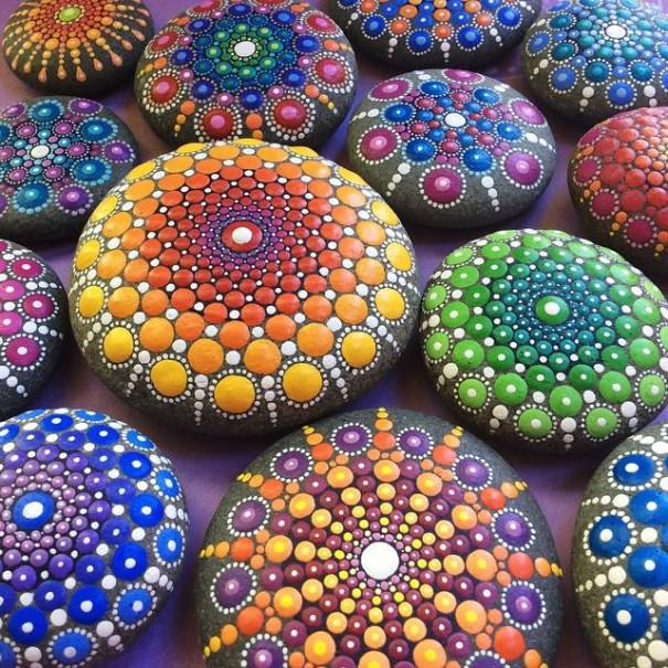 une artiste orne des galets de milliers de petits points afin de cr er des mandalas multicolores. Black Bedroom Furniture Sets. Home Design Ideas