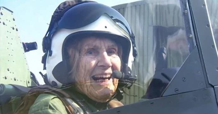 Mamie pilote lavion