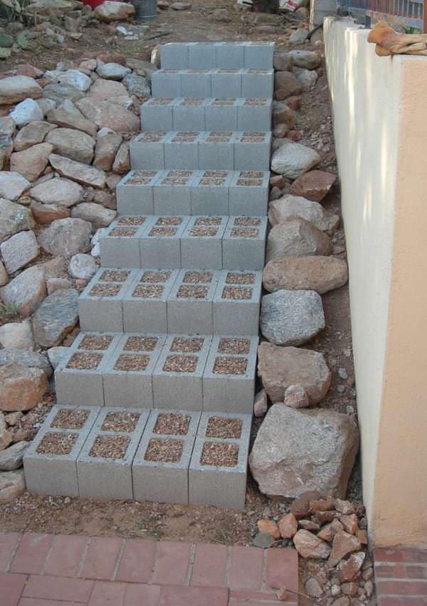 Elle a install de vieux parpaings dans son salon et for Fabriquer un escalier exterieur en beton