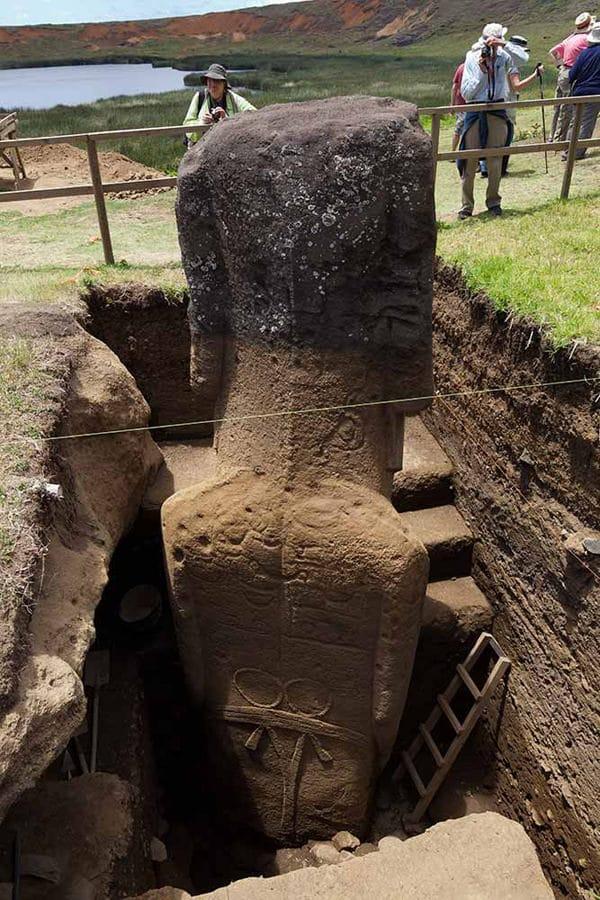 Inouï ! Île de Pâques, les statues possèdent des corps enfouis !!! 254