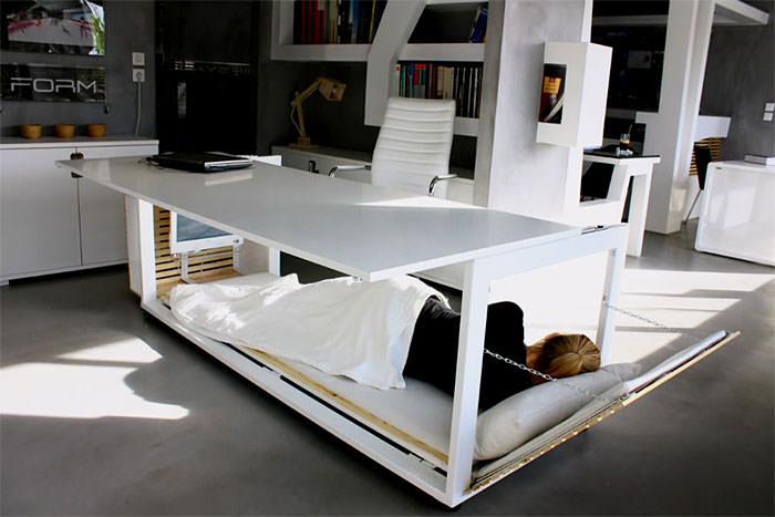 Ce bureau spécial sieste se transforme en lit et vous permet de