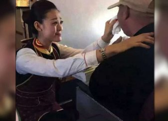 122915 flight attendant kindness towards disabled man featured