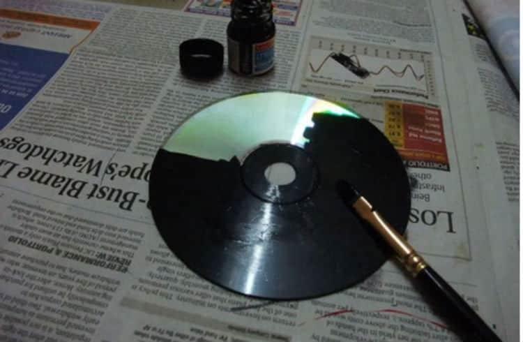 plut t que de jeter ses vieux cds il les peint totalement en noir et qu 39 est ce qu 39 il en fait. Black Bedroom Furniture Sets. Home Design Ideas