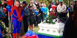 Il assiste aux funérailles d'un f