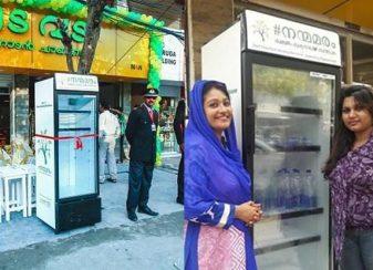 Un restaurant installe un réfrigérateur f