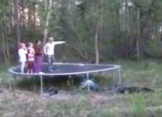 Ces enfants sautent sur leur f