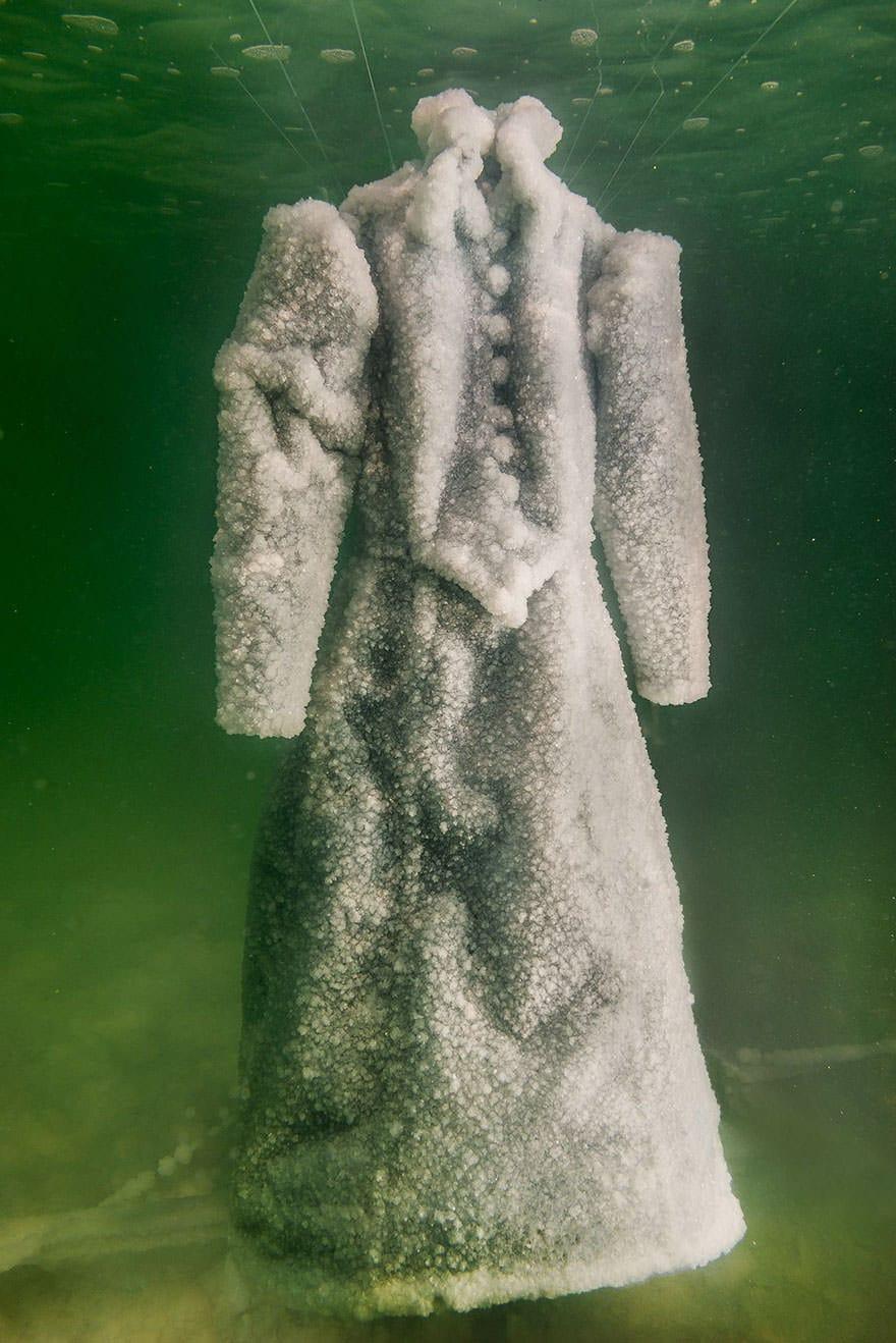 Un artiste laisse une robe 04