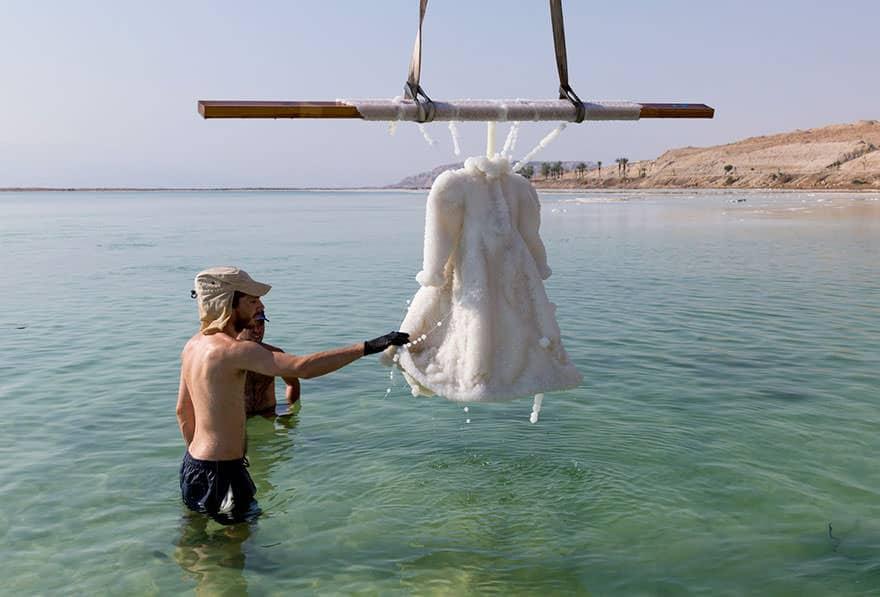Un artiste laisse une robe 06