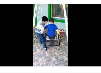 Ce petit garcon aide son ami invalide fv2