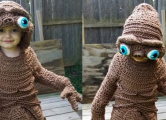 Cette mère tricote les costumes f