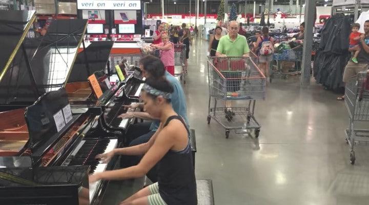 Un vendeur jouant du piano 01s