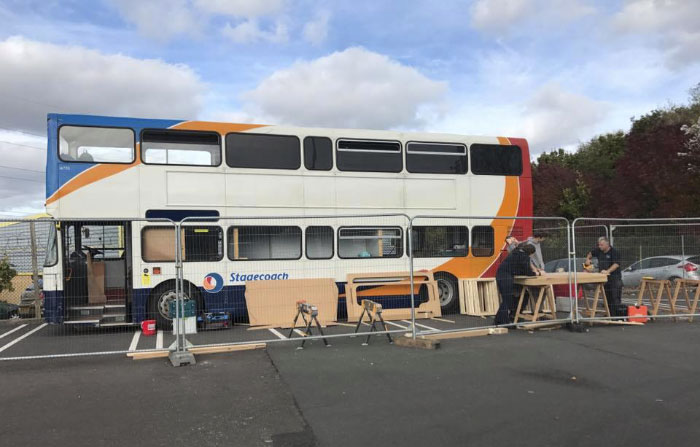 Une femme transforme un bus 01s