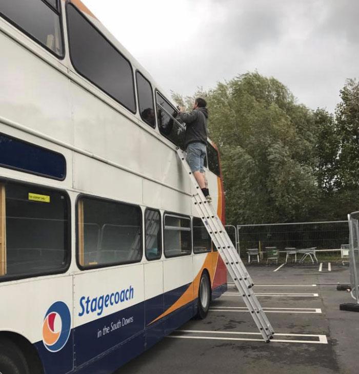 Une femme transforme un bus 02