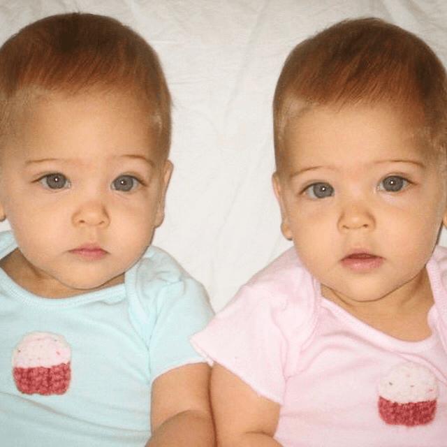 Des soeurs identiques nees en 01