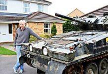 Un homme achete un char f