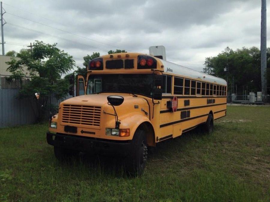 Un homme transforme un bus 02