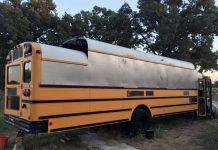 Un homme transforme un bus f