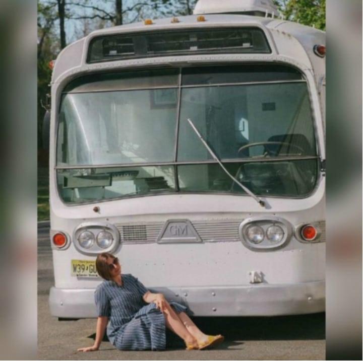 Une femme achete un autocar 01
